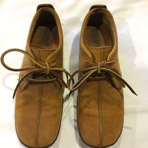 Born suede split-toe shoe W1244